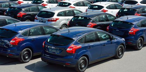 В августе продажи автомобилей в Петербурге сократились на четверть