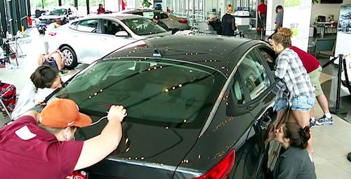 ВСША девушка выиграла Кия Optima за50-часовой поцелуй савтомобилем