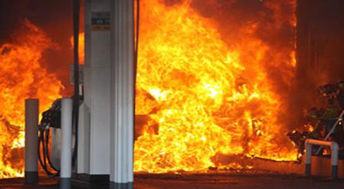 Горевшую вОмске около АЗС автоцистерну тушили 37 машин