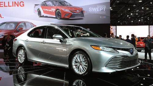 Продажи Тойота Camry обновленного поколения начинаются кконцу осени