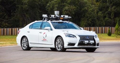 Тоёта выпустит беспилотный автомобиль с 2-мя рулями доконца года