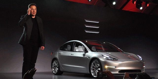Илон Маск отказался продать Tesla Model 3 своей матери без очереди