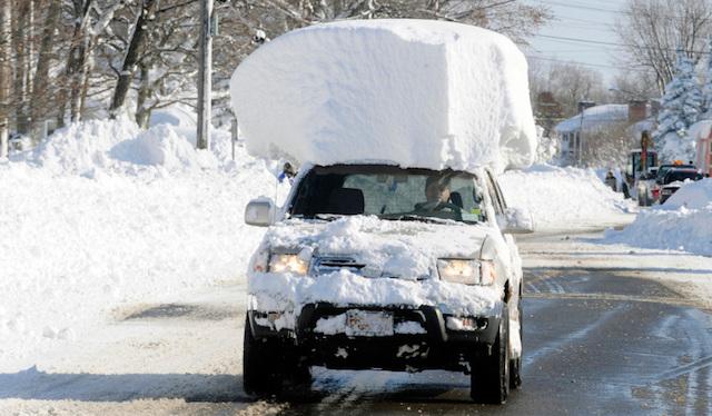 ТОП-3 экстремальных и не очень советов по очистке автомобиля от снега