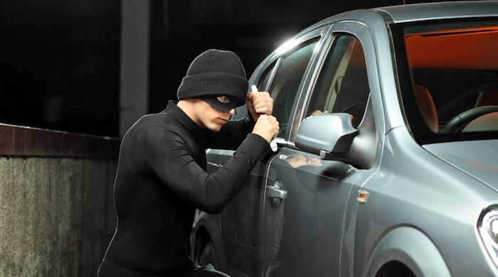 ladron robo carros