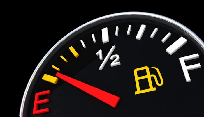 Несколько советов от автомобильных экспертов: как ездить напустом баке