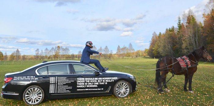 Владелец постоянно ломающегося BMW нанес список поломок на кузов