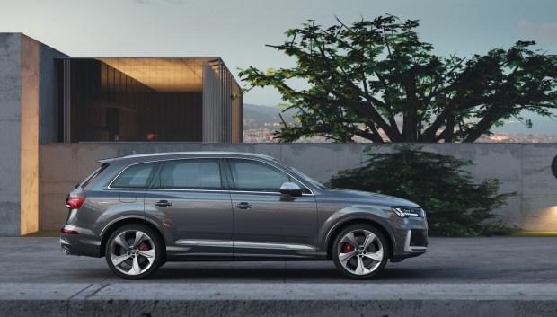 Audi pokazal obnovlennyj krossover Audi SQ7 TDI1