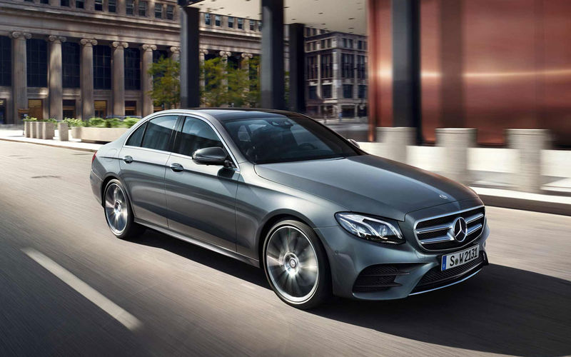 Mercedes Benz soobshhil ob otzyve mashin iz za treshhin na rule