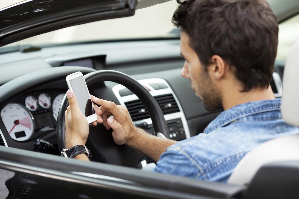 Iskusstvennyj intellekt otuchit voditelej ot smartfonov