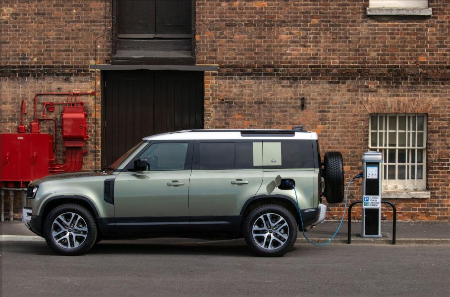 Стали известны рублевые цены на новый Land Rover Defender